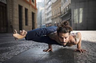 Retrato de Fernando Pacheco, 37, em pose de YOGA na rua Quitanda  no Centro de Sao Paulo