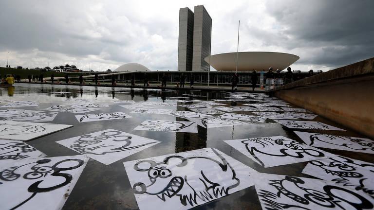 Cartazes com desenhos de ratos espalhados em frente ao Congresso Nacional, em Brasília