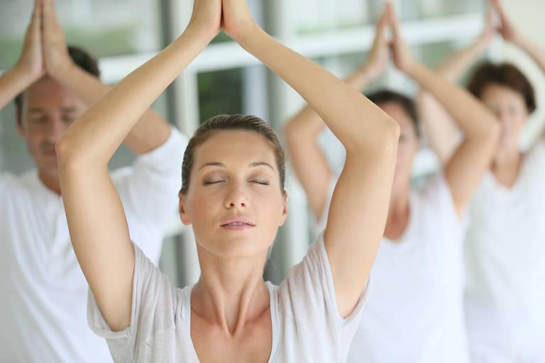 Alunos durante exercício de respiração