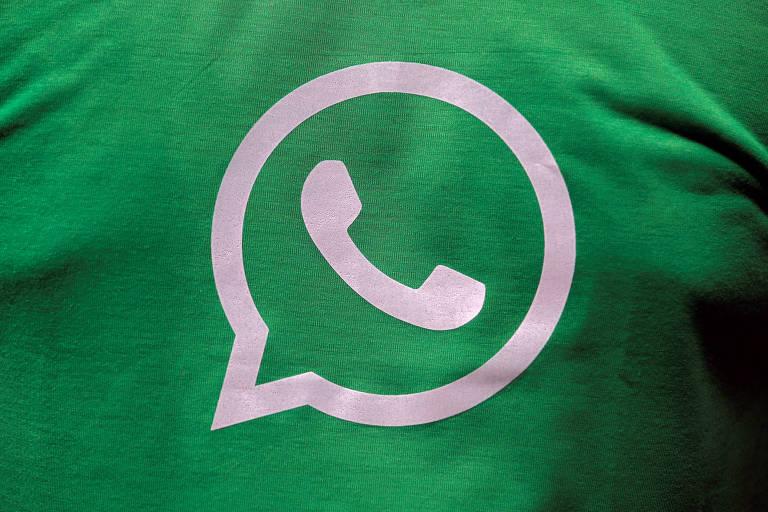 Logo do WhatsApp em uma camiseta em Kolkata, Índia