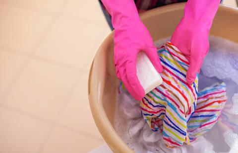 Wash clothes with soap. DIREITOS RESERVADOS. NÃO PUBLICAR SEM AUTORIZAÇÃO DO DETENTOR DOS DIREITOS AUTORAIS E DE IMAGEM