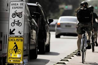 Montagem sobre foto de ciclovia na rua da Consolação, região central de São Paulo