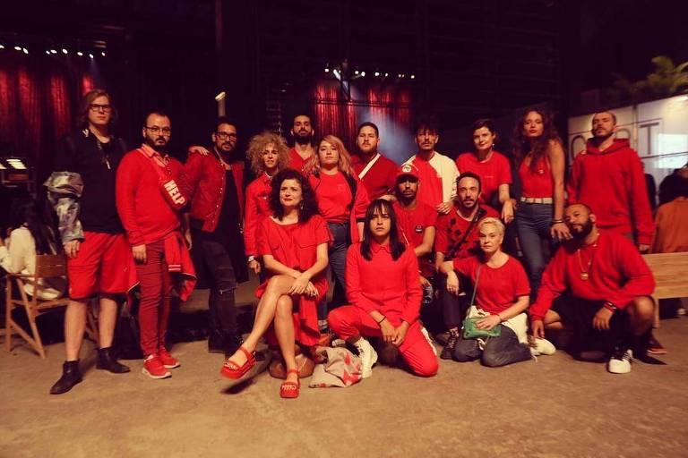 Grupo veste vermelho e protesta contra Bolsonaro na SPFW