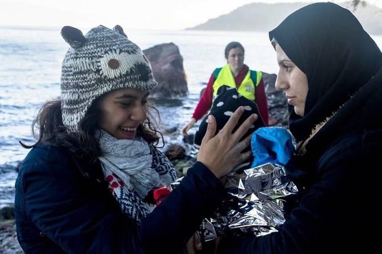 Gabriela Shapazian recebe barcos com refugiados em uma das viagens para Lesbos, na Grécia