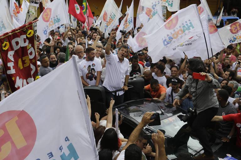 Na véspera da eleição, o candidato à Presidência pelo PT, Fernando Haddad realiza uma caminhada pelo bairro de Heliopolis, zona sul de São Paulo