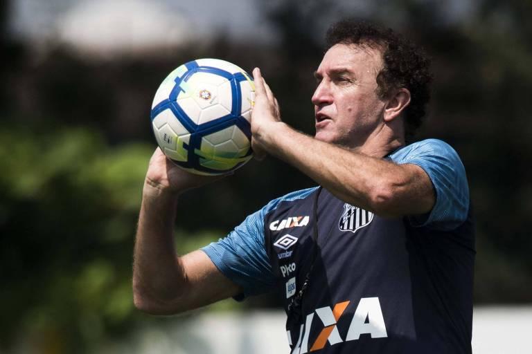 Cuca comanda treino do Santos no CT Rei Pelé