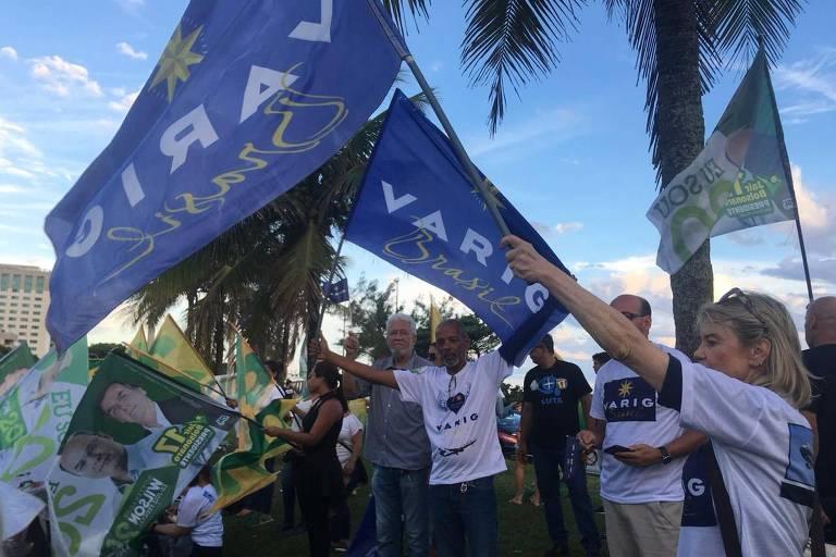 Ex-funcionários da Varig se juntam a apoiadores em frente à casa de Bolsonaro, no Rio
