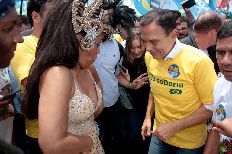 """Com camiseta """"Bolsodoria"""", o então candidato Doria faz campanha em São Paulo"""