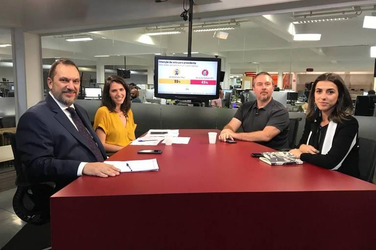 Mauro Paulino, Thais Bilenky, Igor Gielow e Marina Dias, sentados à mesa do estúdio da TV Folha, durante debate sobre pesquisa Datafolha