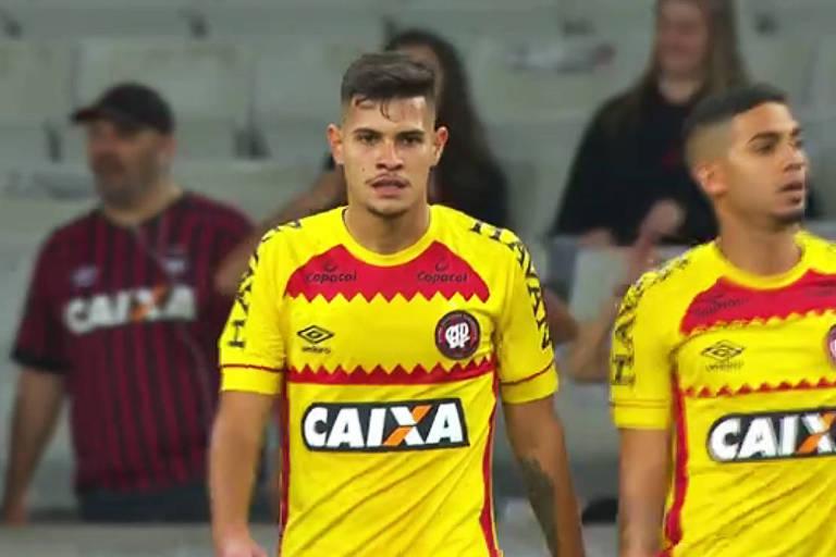 Jogadores do Atlético-PR com camisa que, segundo a diretoria, não seria utilizada