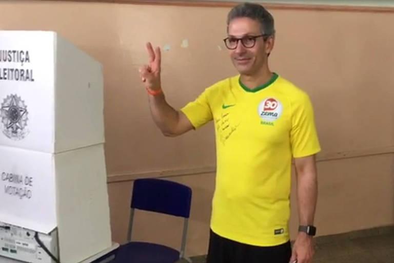 O candidato ao governo de Minas Gerais Romeu Zema (Novo) votou por volta de 8h35 neste domingo (28), em Araxá (MG)