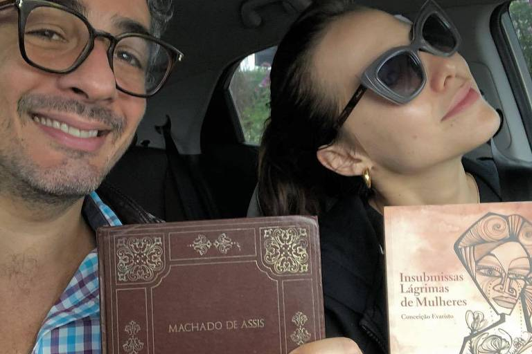 Michel Melamed e Leticia Colin votam com livros na mão