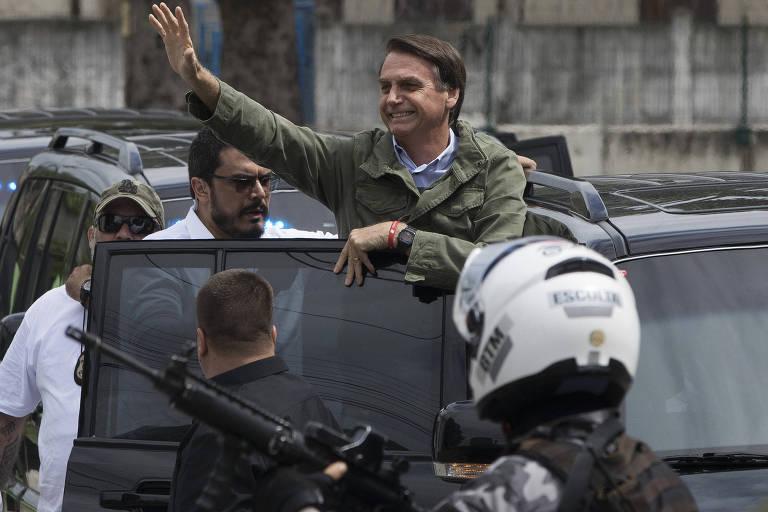 O candidato Jair Bolsonaro (PSL) acena a eleitores depois de votar na Vila Militar, no Rio