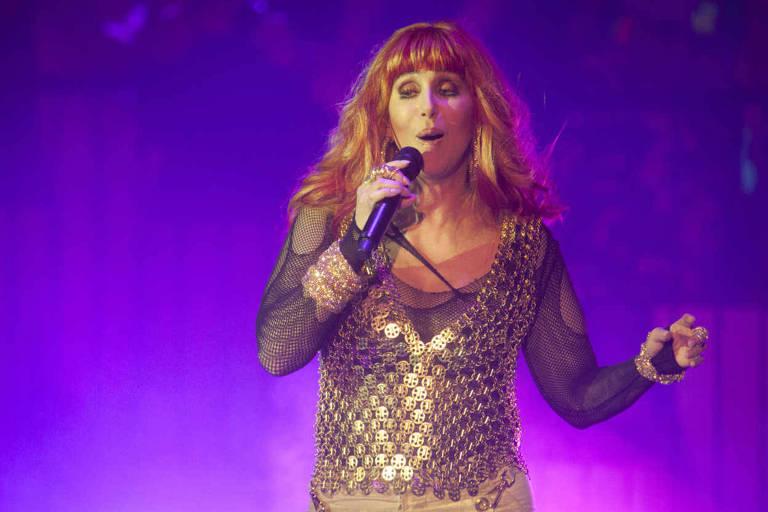 A cantora Cher cantando em show em Nova York