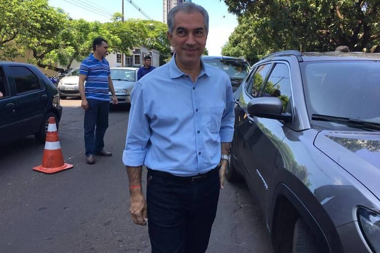 Candidato à reeleição, o governador de MS, Reinaldo Azambuja (PSDB), chega para votar em Campo Grande