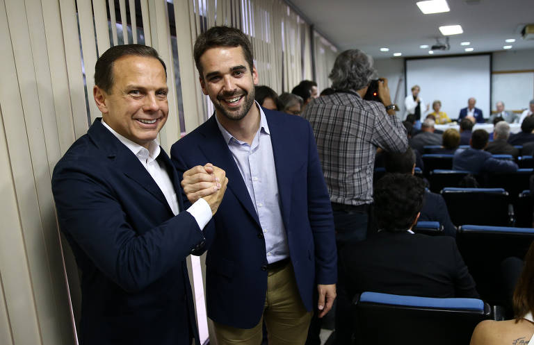 O futuro governador de SP João Dória (PSDB) cumprimenta o futuro governador do RS Eduardo Leite durante reunião da executiva do partido, na sede do PSDB em Brasília