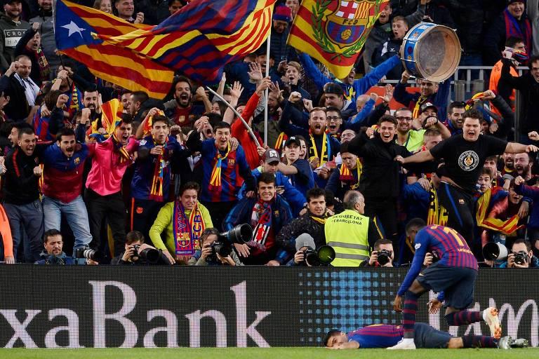 Suárez cai em campo na comemoração do seu segundo gol na goleada do Barcelona sobre o Real Madrid no Camp Nou