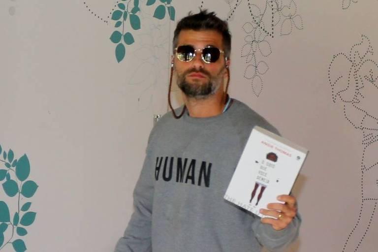 """Bruno Gagliasso vota com o livro """"O Ódio que Você Semeia"""""""