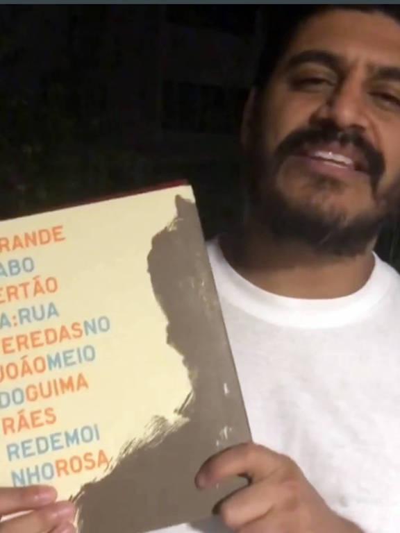 """Criolo mostra que foi votar com o livro """"O Grande Sertão Veredas"""""""