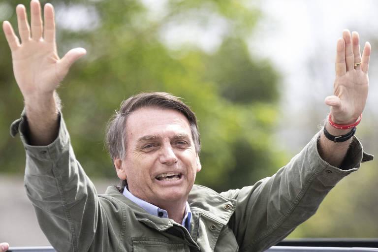 Jair Bolsonaro, com colete à prova de balas, saúda simpatizantes no Rio
