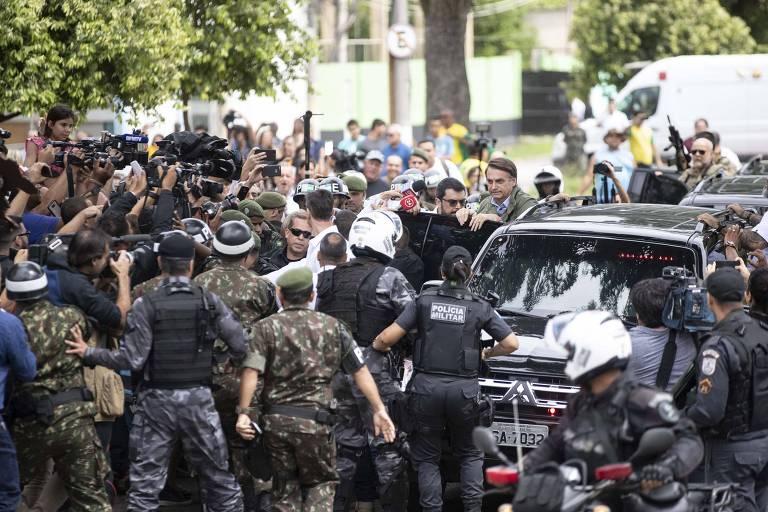 Bolsonaro entra em carro de polícia, cercado por forte esquema de segurança, após votar no Rio