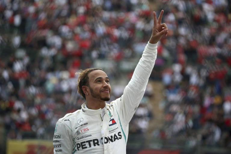 Com a mão para o alto, Lewis Hamilton comemora o quarto lugar no México que lhe deu o quinto título mundial da F-1