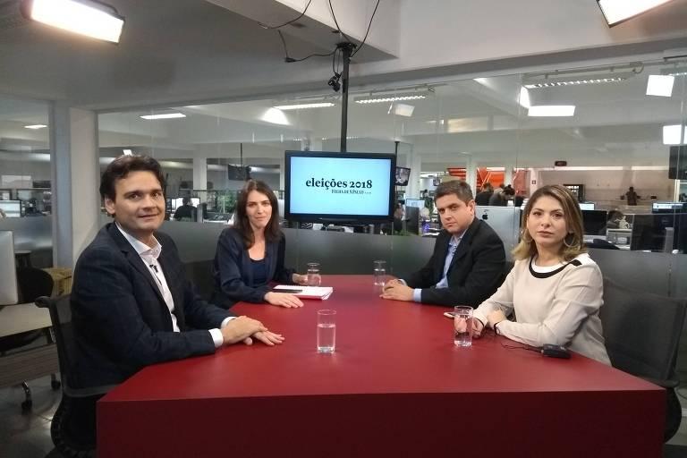 Vinicius Mota, secretário de Redação da Folha, Thais Bilenky, repórter de Poder, Fábio Zanini, editor de Poder, e a editora da coluna Painel, Daniela Lima, sentados à mesa, no estúdio da TV Folha