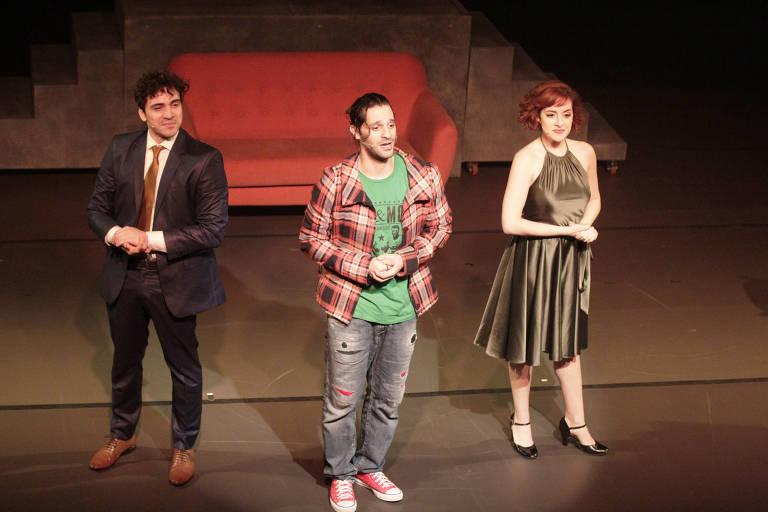 Da esq. para dir., os atores Thiago Machado (esq), Bruno Narchi (centro) e Guilia Nadruz no espetáculo 'Tick, Tick...Boom'