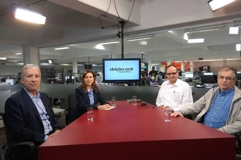 Luiz Guilherme Schymura de Oliveira, Maria Cristina Frias, Samuel Pessôa e Jorge Simino Júnior, sentados à mesa do estúdio da TV Folha, durante debate para avaliar os desafios econômicos do futuro governo