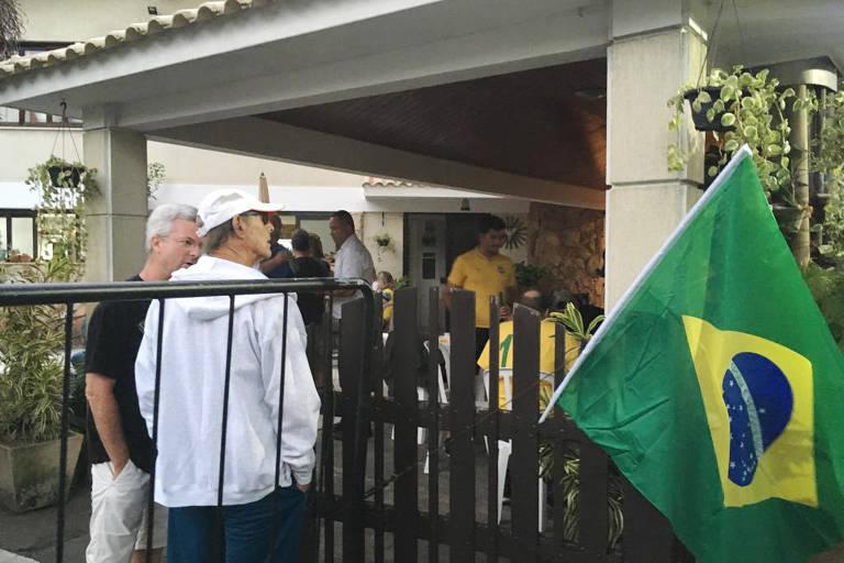 Vizinhos de Bolsonaro comemoram