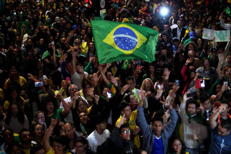 Eleitores comemoram vitória de Jair Bolsonaro na avenida Paulista