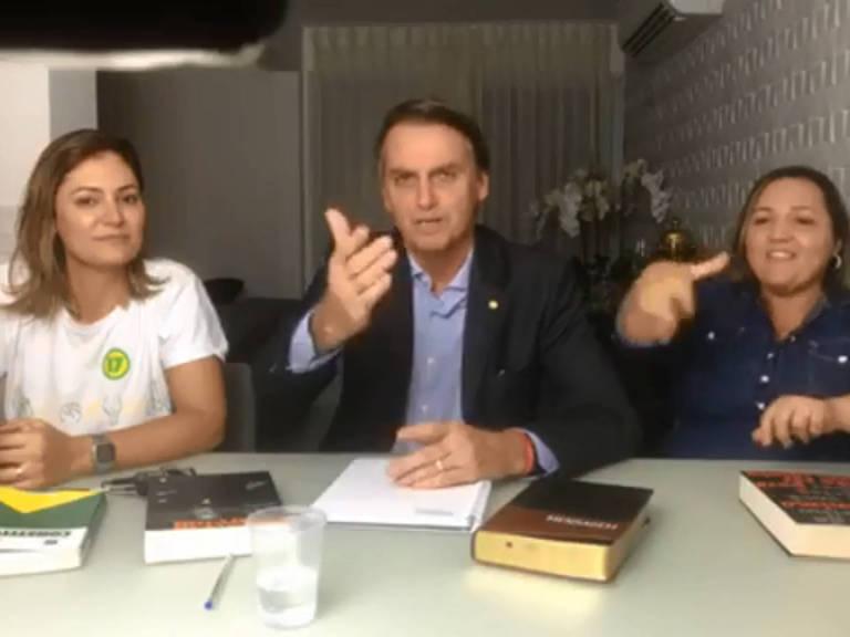 Bolsonaro durante transmissão nas redes sociais