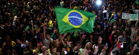 (181028) -- SAO PAULO, octubre 28, 2018 (Xinhua) -- Simpatizantes del candidato presidencial Jair Bolsonaro, por el Partido Social Liberal (PSL), reaccionan al conocer los resultados de las elecciones generales en Sao Paulo, Brasil, el 28 de octubre de 2018. El candidato del Partido Social Liberal (PSL), Jair Bolsonaro, es el ganador virtual de las elecciones a la Presidencia de Brasil, con el 55,54 por ciento de los votos, contra el 44,46 por ciento de su rival, Fernando Haddad, del Partido de los Trabajadores (PT), al escrutarse el 94,44 por ciento del escrutinio realizado, según datos del Tribunal Superior Electoral (TSE). (Xinhua/Rahel Patrasso) (rp) (rtg) (vf)