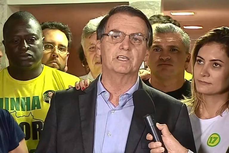 O candidato do PSL, Jair Bolsonaro faz discurso para pool de televisão após anunciada suas vitórias nas eleições 2018