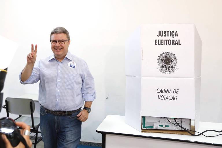 Antonio Anastasia vota em Belo Horizonte