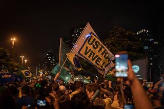 Apoiadores de Bolsonaro comemoram em frente ao condomínio dele no Rio
