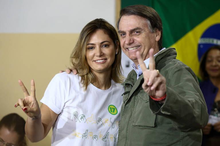 O então candidato à Presidência Jair Bolsonaro, acompanhado da esposa Michelle, vota na escola municipal Rosa da Fonseca, na Vila Militar, Rio de Janeiro