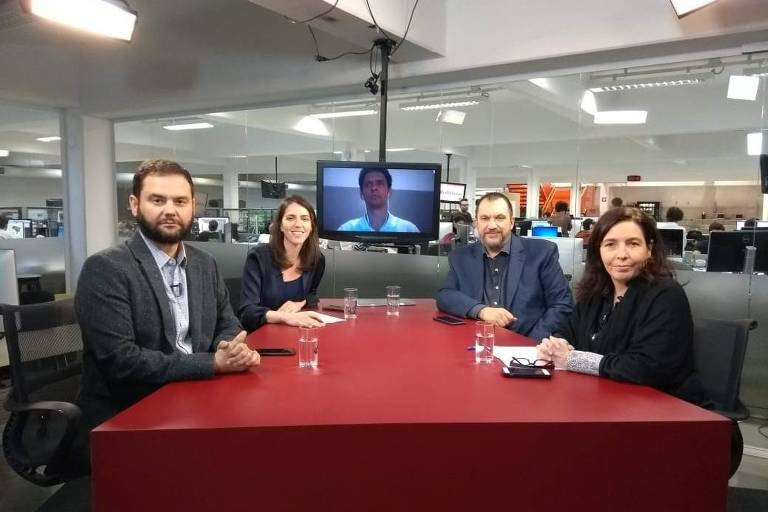 Sérgio Dávila, Thais Bilenky, Mauro Paulino e Mônica Bergamo, à mesa do estúdio da TV Folha, antes de começar o debate