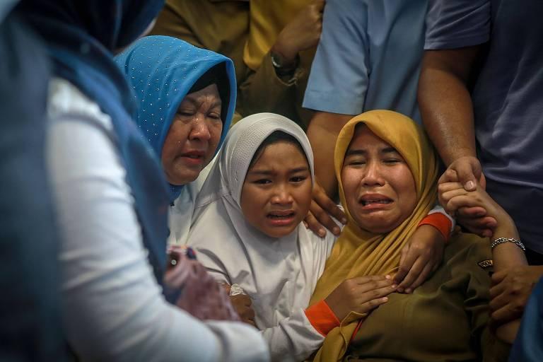 Familiares de passageiros do voo JT610 choram no aeroporto de Pangkal Pinang, na Indonésia