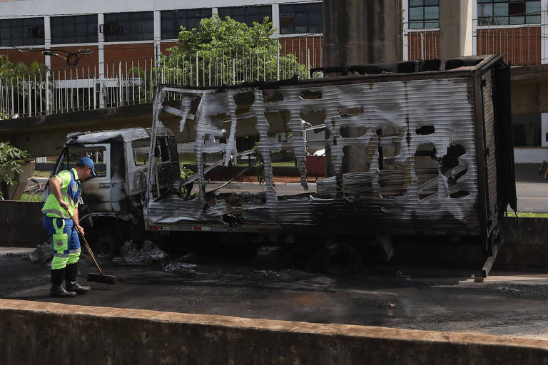 Caminhão incendiado por criminosos em ataque à empresa Brinks, de transporte de valores, em Ribeirão Preto (SP)