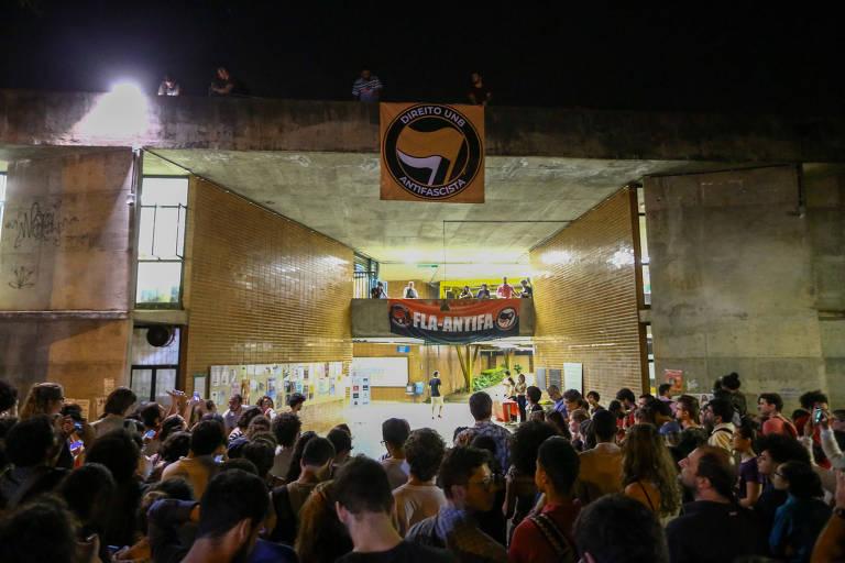 Estudantes do Centro Acadêmico da Faculdade de Direito da UnB (Universidade de Brasília) penduram faixas Anti-Fascistas na entrada da Faculdade de Direito