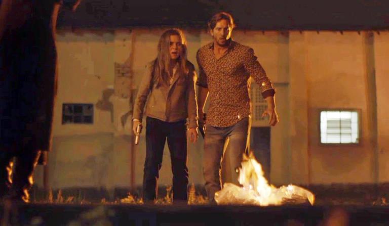 Dulce choca Remy e Laureta ao colocar fogo nos milhões. A mãe da cafetina queima a fortuna para evitar a fuga da filha