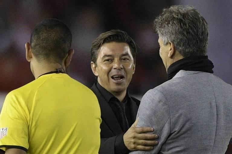 Marcelo Gallardo e Renato Gaúcho (de costas) se cumprimentam antes da primeira partida da semifinal da Libertadores entre River Plate e Grêmio, em Buenos Aires