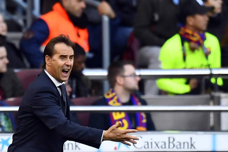 Julen Lopetegui gesticula para os jogadores do Real Madrid durante a goleada sofrida diante do Barcelona, no Camp Nou