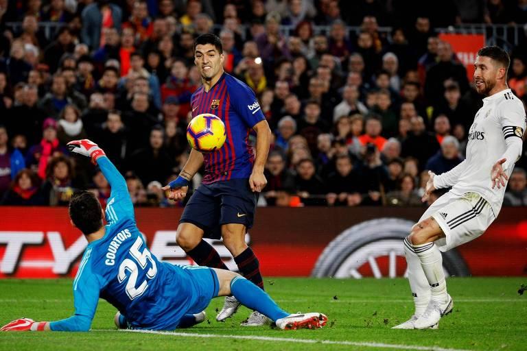 Luis Suárez toca na saída do goleiro para fazer o quarto gol do Barcelona sobre o Real Madrid