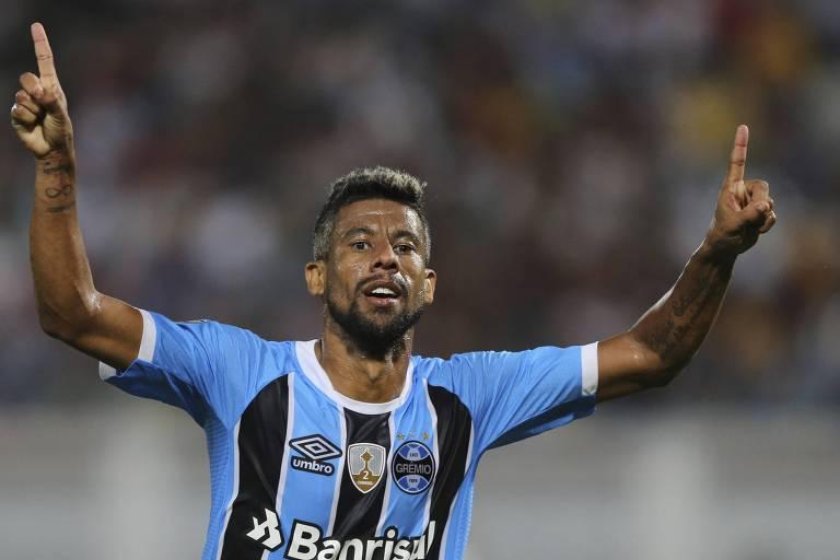 Léo Moura comemora gol do Grêmio em jogo pela Libertadores