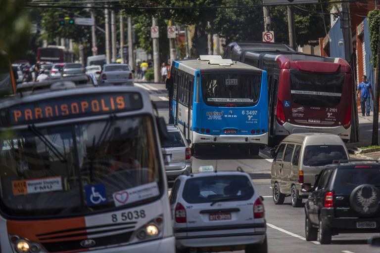 ônibus trafegam em São Paulo; novo padrão pode reduzir 80% das emissões