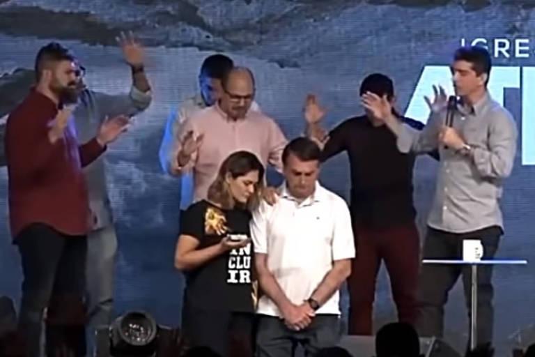 Jair Bolsonaro vai à igreja Batista Atitude acompanhado de sua esposa, Michelle, e recebe oração