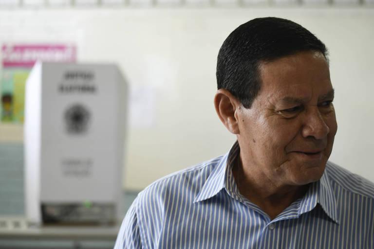 General Hamilton Mourão, candidato a vice presidente na chapa com Jair Bolsonaro pelo partido do PSL, durante a sua votação no segundo turno, na Escola Classe da Vila do RCG em Brasília
