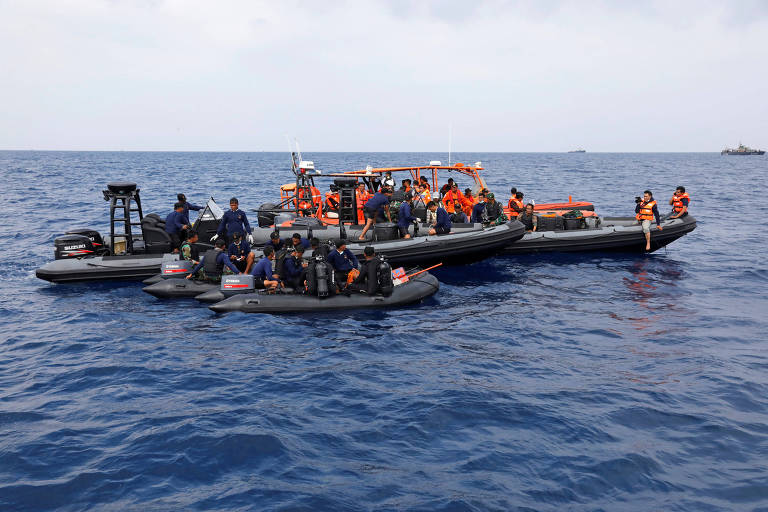 Equipes de resgate preparam para mergulhar na região onde caiu o avião da Lion Air, na província de Java Ocidental, na Indonésia
